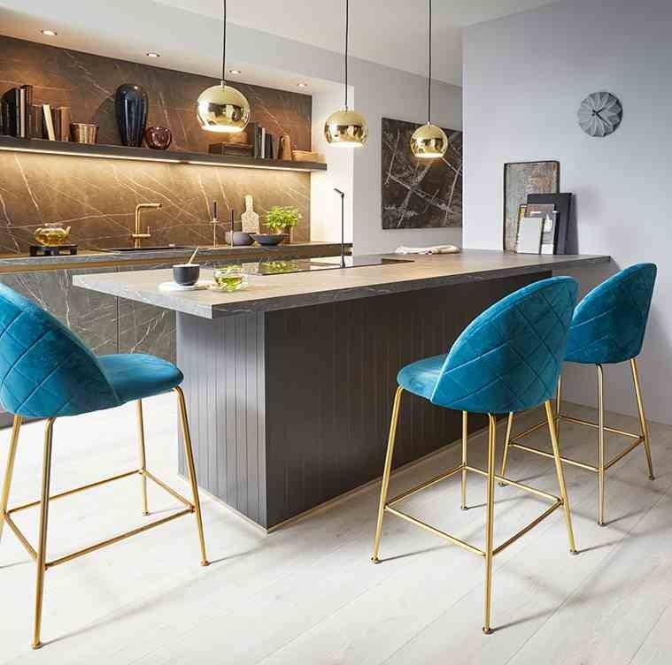 Moderne Küche mit Kochinsel und Tresen