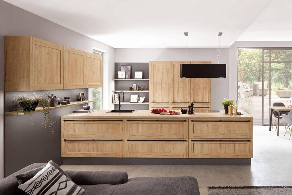 Klassisch moderne Küche mit Holzfront