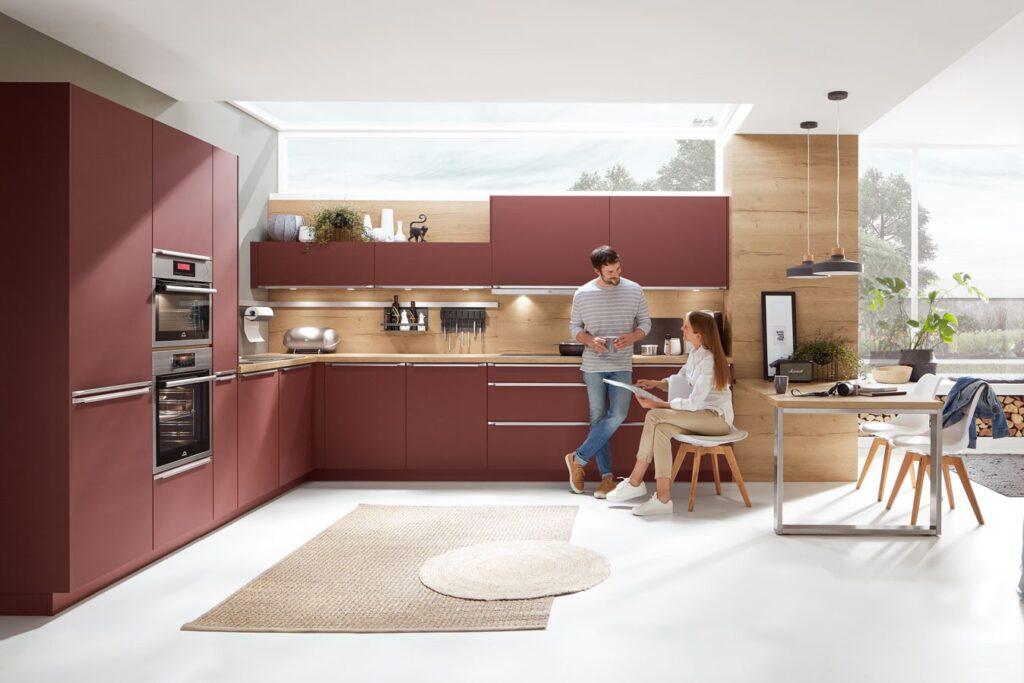 moderne Küche mit Holzelementen